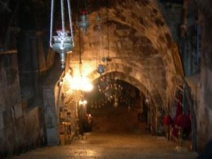 La grande scalinata crociata che porta al sepolcro di Maria